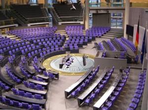 Deutscher_Bundestag_Plenarsaal_Seitenansicht-2